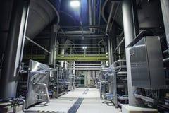 不锈钢酿造设备:大水库或坦克和管子在现代啤酒工厂 啤酒厂生产概念 库存照片