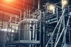 不锈钢酿造设备:大水库或坦克和管子在现代啤酒工厂 库存图片