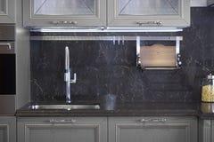 不锈钢水槽和龙头在厨房屋子里 免版税库存图片
