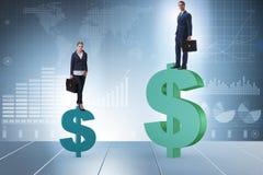 不齐平的薪水的概念和人妇女之间的性别差距 库存照片