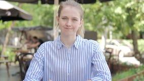不,拒绝坐在咖啡馆大阳台的年轻女人 影视素材