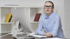 不,摇头的年轻偶然女孩拒绝在工作 股票视频