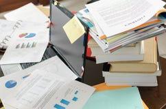 不整洁和凌乱的书桌 免版税图库摄影