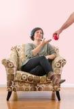 不满意的妇女指定杯子 图库摄影