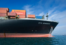 不冻港海湾 东部(日本)海 2015年9月17日:一个巨大的集装箱船NYK美之女神的弓停住的在路 免版税库存图片