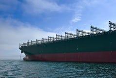 不冻港海湾 东部(日本)海 2015年9月17日:巨大的集装箱船CMA CGM密西西比的弓在停住的在路 免版税库存照片