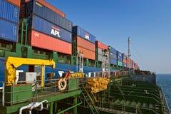 不冻港海湾 东部(日本)海2014年4月19日:罐车Ostrov Russkiy在集装箱船现代公司的袭击地堡 库存图片