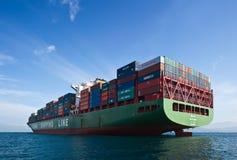不冻港海湾 东部(日本)海2015年9月17日:集装箱船辛费站立在路的周在船锚 库存图片