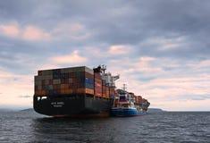 不冻港海湾 东部(日本)海 2015年7月02日:Bunkering罐车Zaliv沃斯托克集装箱船NYK Rigel 图库摄影