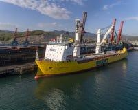 不冻港,俄罗斯- 2017年5月16日:大站立在煤炭终端的货物愉快的天空的运输的船 库存图片