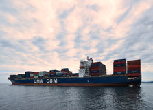 不冻港,俄罗斯2015年8月02日:集装箱船CMA站立在路的CGM细索在船锚 库存照片