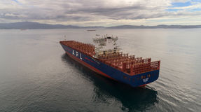 不冻港 俄罗斯- 2017年8月11日:一只大集装箱船APL巴黎在停泊处停住 库存照片