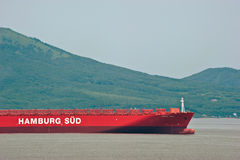 不冻港 俄罗斯- 2016年7月02日:一只巨大的集装箱船圣罗莎的弓在停住的在路 库存照片