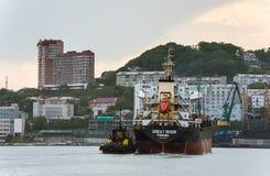 不冻港 俄罗斯- 2016年6月03日:伟大的河散装货轮移动向码头 免版税库存图片