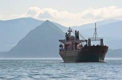 不冻港 俄罗斯- 2016年7月03日:停住的散装货轮列夫・耶辛在路 库存照片