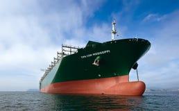 不冻港 俄罗斯- 2015年9月17日:在停住的集装箱船CMA CGM密西西比在路 库存照片