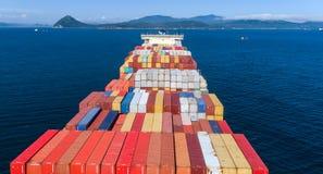 不冻港 俄罗斯- 2017年8月22日:在公司马士基的船的明亮的容器从上面 免版税库存图片