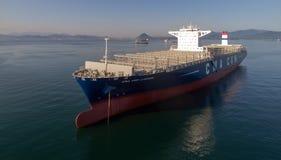 不冻港 俄罗斯- 2017年7月29日:大新的集装箱船CMA CGM J 亚当斯在停泊处停住 免版税库存图片