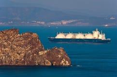 不冻港 俄罗斯- 2016年4月05日:液化天然气载体日落的盛大埃琳娜在不冻港港的路  免版税图库摄影