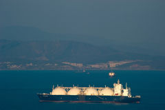 不冻港 俄罗斯- 2016年4月05日:液化天然气载体日落的盛大埃琳娜在不冻港港的路  库存图片