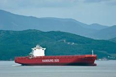 不冻港 俄罗斯- 2016年7月02日:空的集装箱船移动由海的圣罗莎 库存照片