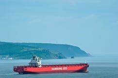 不冻港 俄罗斯- 2016年7月02日:空的集装箱船移动由海的圣罗莎 免版税库存照片
