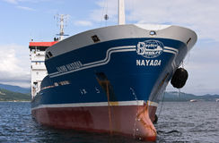 不冻港 俄罗斯- 2016年7月18日:罐车在船锚的Zaliv不冻港在路关闭  免版税库存照片
