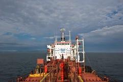 不冻港 俄罗斯- 2016年7月18日:罐车Ostrov Russkiy的在船尾的部分每明亮的晴天 库存图片