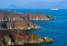 不冻港 俄罗斯- 2016年4月05日:集装箱船公司在不冻港海湾停住的中远集团  免版税库存图片