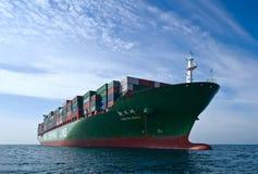 不冻港 俄罗斯- 2015年9月17日:集装箱船辛费站立在路的周在船锚 免版税库存照片