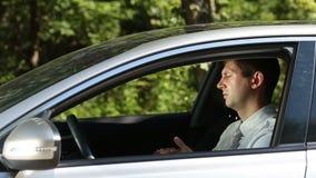 不负责任的在车窗外面的人投掷的垃圾 影视素材