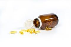 与Ω 3和维生素D的鱼油胶囊在一个玻璃瓶 免版税库存照片