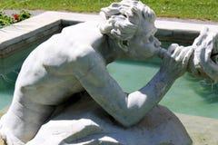 与'带领入国会公园,萨拉托加,纽约的'唾液和口角大理石喷泉和雕象的平安的场面,2018年 免版税库存照片