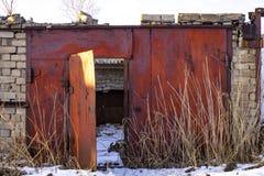 与一个下落的屋顶的被放弃的车库 免版税库存照片