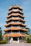 与一个中国式屋顶的塔在城市Suphanb柱子寺庙  库存照片