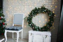 与一个云杉的花圈的圣诞节装饰 免版税库存图片