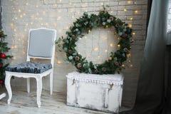 与一个云杉的花圈的圣诞节装饰 库存图片