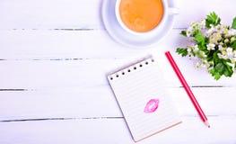 与一个亲吻的踪影的笔记薄从红色唇膏的 免版税库存照片