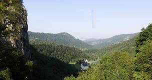 与一个修道院的山与一面旗子的山麓小丘的在小山之间 股票视频