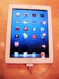 与一个充电的电缆的新的ipad 免版税库存照片