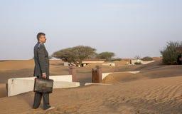 与一个公文包的商人在荒废村庄 免版税库存照片