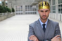 与一个冠的傲慢商人在办公室空间 库存图片