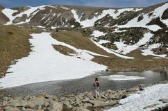 与一个冰河湖的山cirque Madriu佩拉菲塔Claror谷的 免版税图库摄影