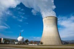 与一个冷却塔的核发电站 免版税库存图片