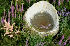 与一个凹进处的石头水的,庭院装饰的,公园石船 库存照片
