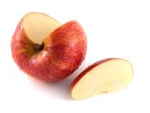 与一个切片的被隔绝的切的红色苹果(湿) 免版税库存照片