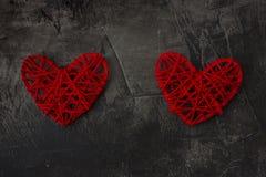 与一个加号的两心脏反对黑暗的背景 圣华伦泰` s天和婚礼的题材 库存图片