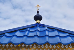 与一个十字架的圆顶在教堂的屋顶 库存图片