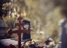 与一个十字架的坟墓在操刀后 免版税图库摄影