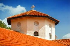 与一个十字架的塔在修道院里 库存图片